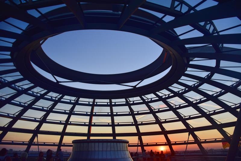 Cosas que hacer en Berlín: cúpula circular con cristaleras cuadradas. De fondo, el atardecer.