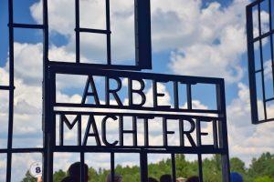 Cosas que hacer en Berlín: frase 'Arbeit Macht frei' en una verja del campo de concentración de Sachsenhausen