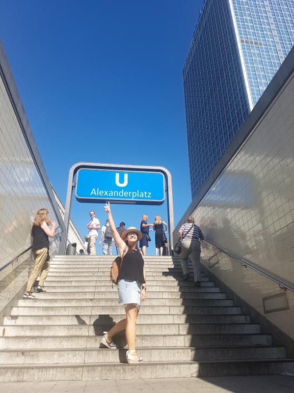Cómo moverse por Berlín en Transporte público: yo en la estación de Alexanderplatz