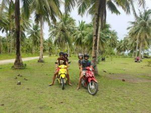 Preparativos para un viaje por Filipinas: subidos en la moto
