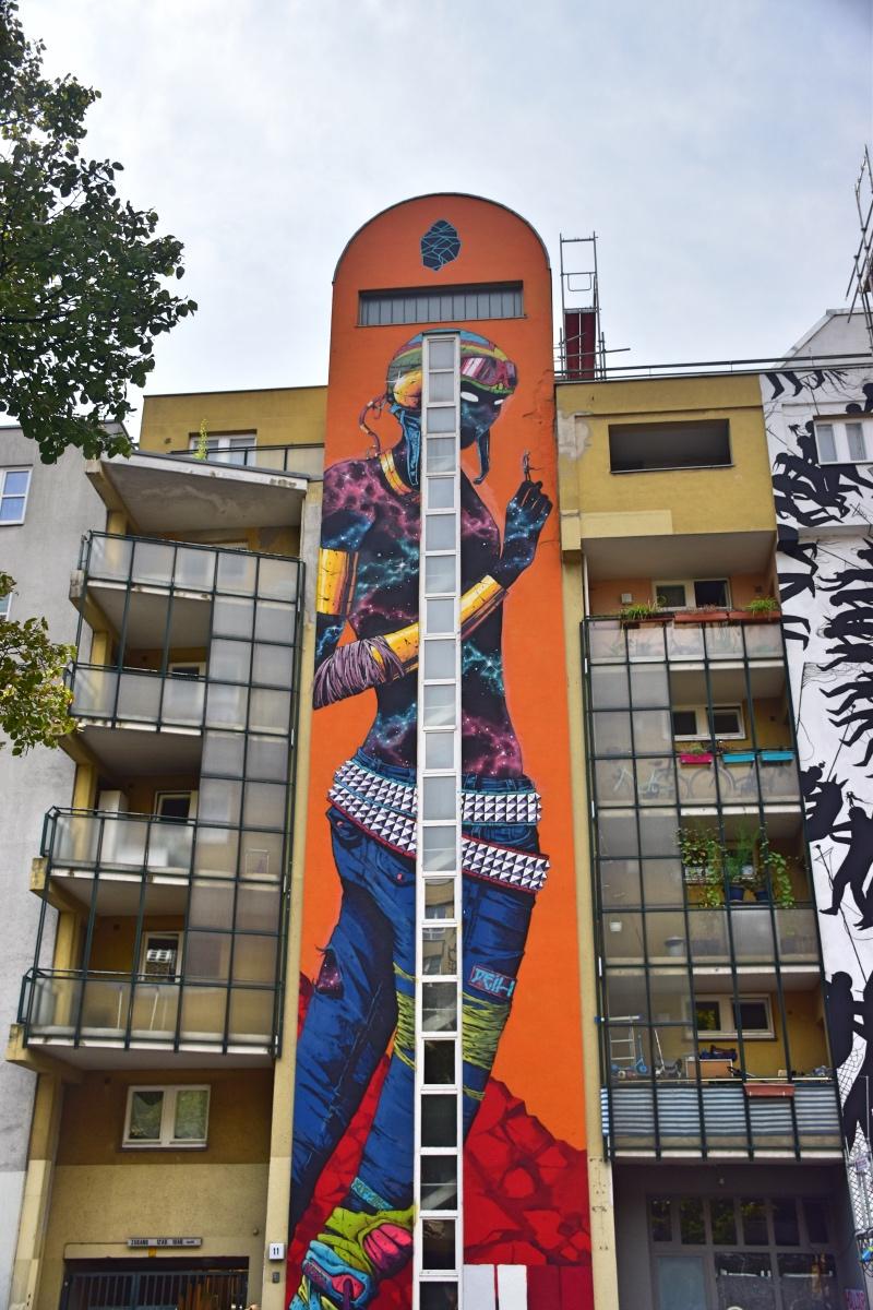 Los mejores grafitis de Berlín: la piel de esta chica representada como si fuera el espacio