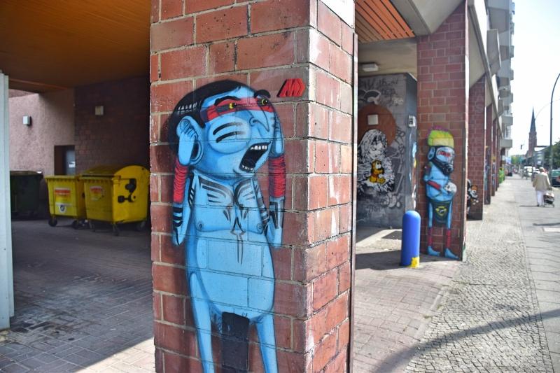 Columnas del edificio llenas de diferentes dibujos y grafitis.