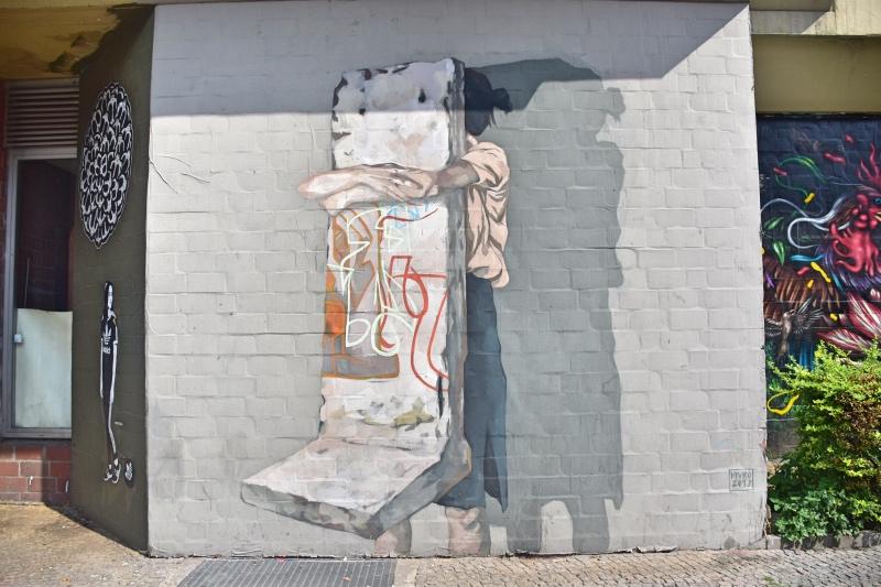 Los mejores grafitis de Berlín: Niña abrazada al muro de Berlín