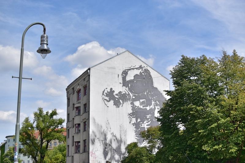 Los mejores grafitis de Berlín: un astronauta en blanco y negro
