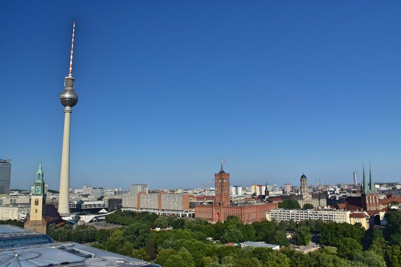Los mejores miradores de Berlín: vistas desde la Cúpula con la Torre de Televisión y el ayuntamiento de fondo
