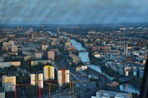 El río rodeado de edificios desde la Torre de la Televisión