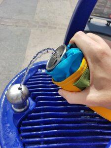 Rellenando nuestra botella en una fuente pública.