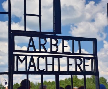 Visita al campo de concentración de Sachsenhausen: frase 'Arbeit macht frei' (el trabajo os hará libres).