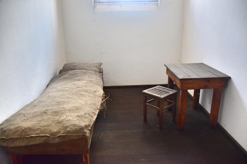 Cosas que hacer gratis en Berlín: celda con una cama y una mesa