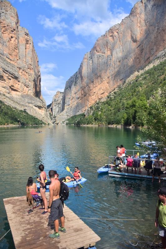 Ruta de las pasarelas de Montfalcó: gente haciendo kayac y bañándose en el río