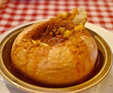Qué hacer en Budapest: probar el goulash en pan