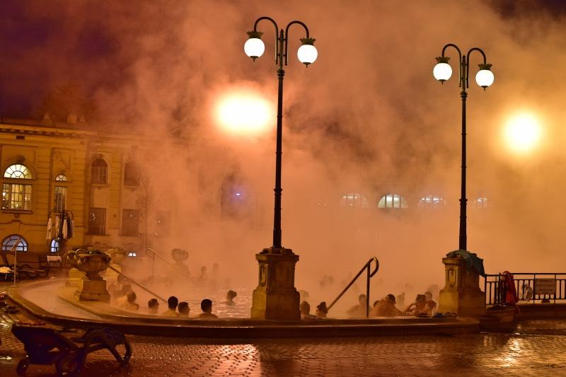 Piscinas al aire libre con vapor por el frío que hace en Budapest en invierno