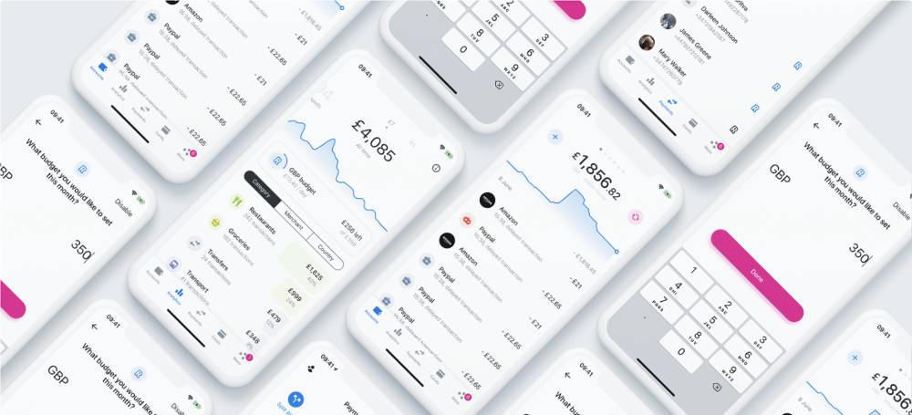 Imagen publicitaria de Revolut, en la que aparecen varios smartphones con la aplicación de Revolut abierta, fondo blanco