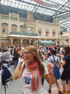 Pasándolo bien durante uno de los desfiles en Disneyland Tokio