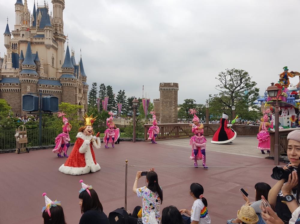 Uno de los impresionantes desfiles de día en Disneyland Tokio