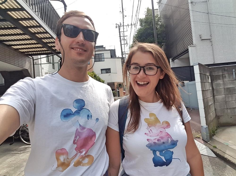 Visitando Disneyland Tokio vestidos a conjunto