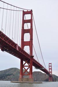 Los mejores miradores de San Francisco: Golden gate desde abajo en un día nublado