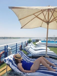 Contratar un crucero por el Nilo en Egipto: disfrutando de la cubierta del barco