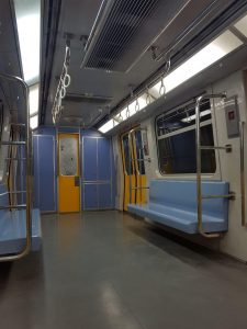 el metro el cairo interior vagón