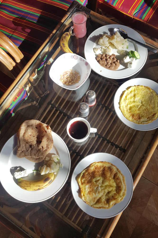 presupuesto para viajar a Egipto: un clásico desayuno egipcio incluido en el precio del hotel