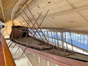 La barca solar en el interior del museo.