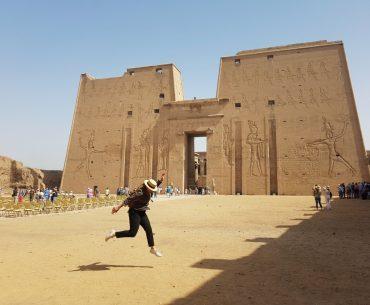 La entrada al templo de Edfú, uno de los mejores templos de Egipto
