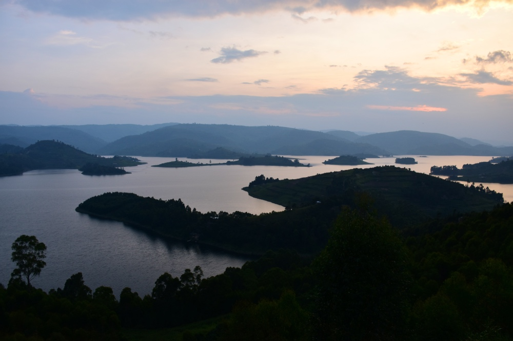 Atardecer en el lago Bunyonyi con todas sus islas