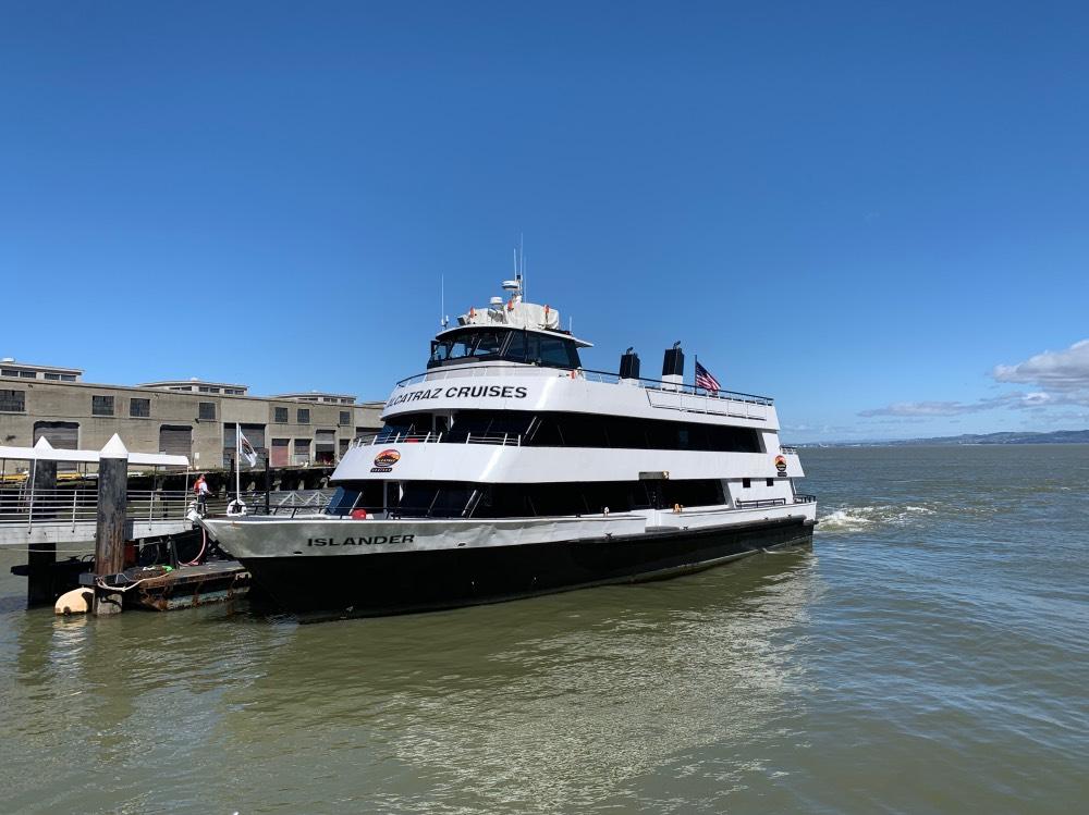 Uno de los barcos de Alcatraz Cruises en el muelle 33