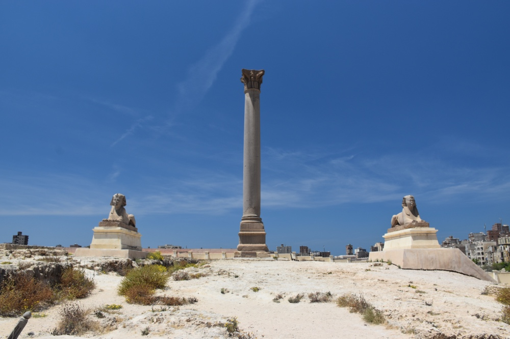 La columna de Pompeyo y dos esfinges a ambos lados