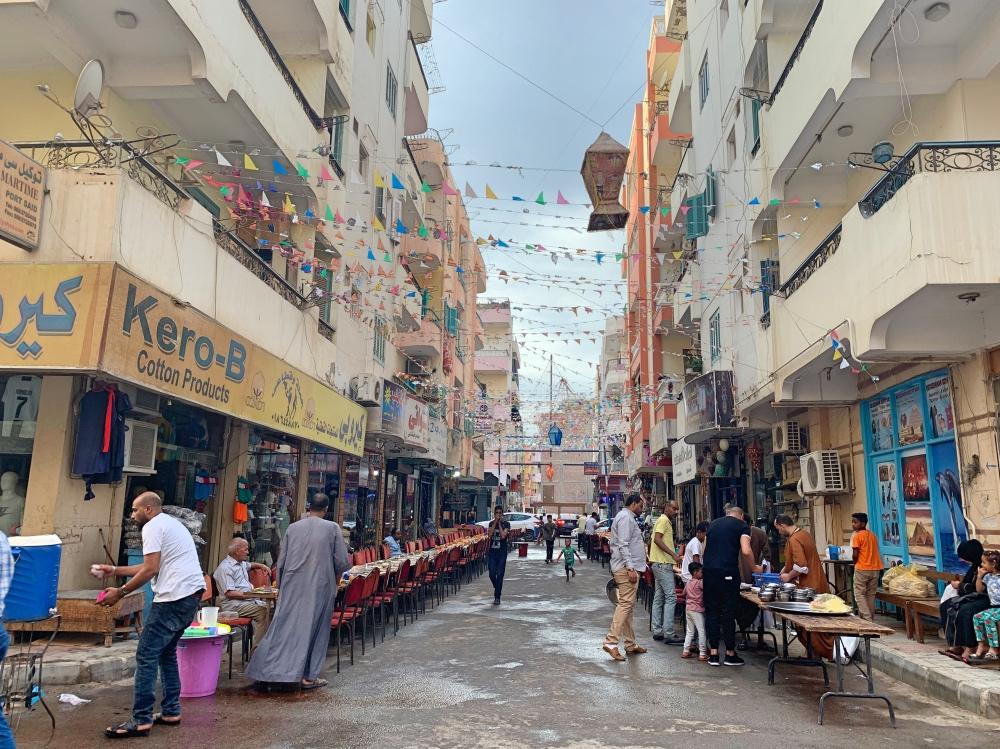 calle decorada con guirnaldas en Hurghada