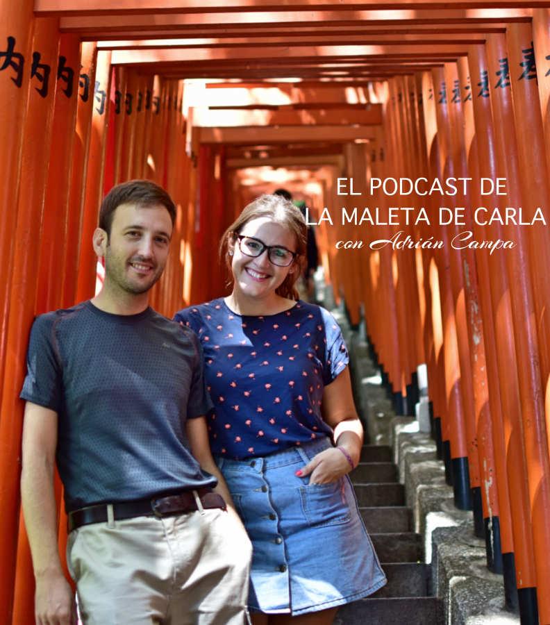Adrián y Carla bajo un tori naranja en Tokyo
