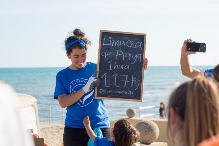 Andrea Torres en las limpiezas de playas de Pure Clean Earth