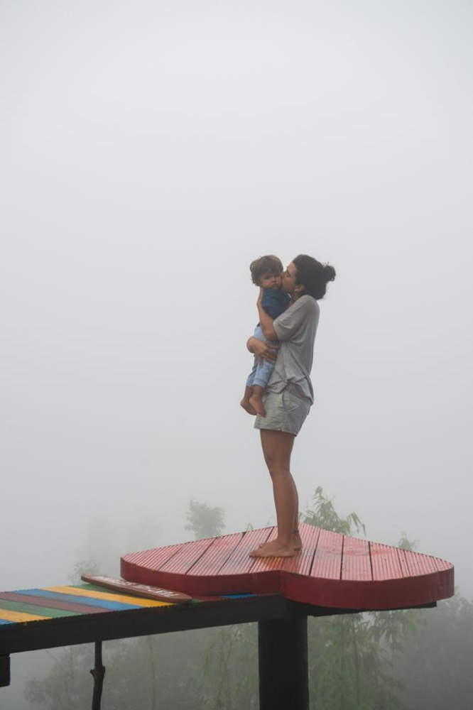 Andrea Torres con su hijo Matías en uno de sus viajes
