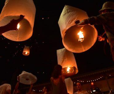 Lanzamiento de farolillos o linternas al aire en Chiang Mai