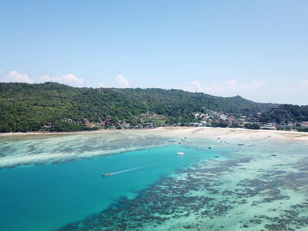 La playa de Loh Dalum con la marea muy baja