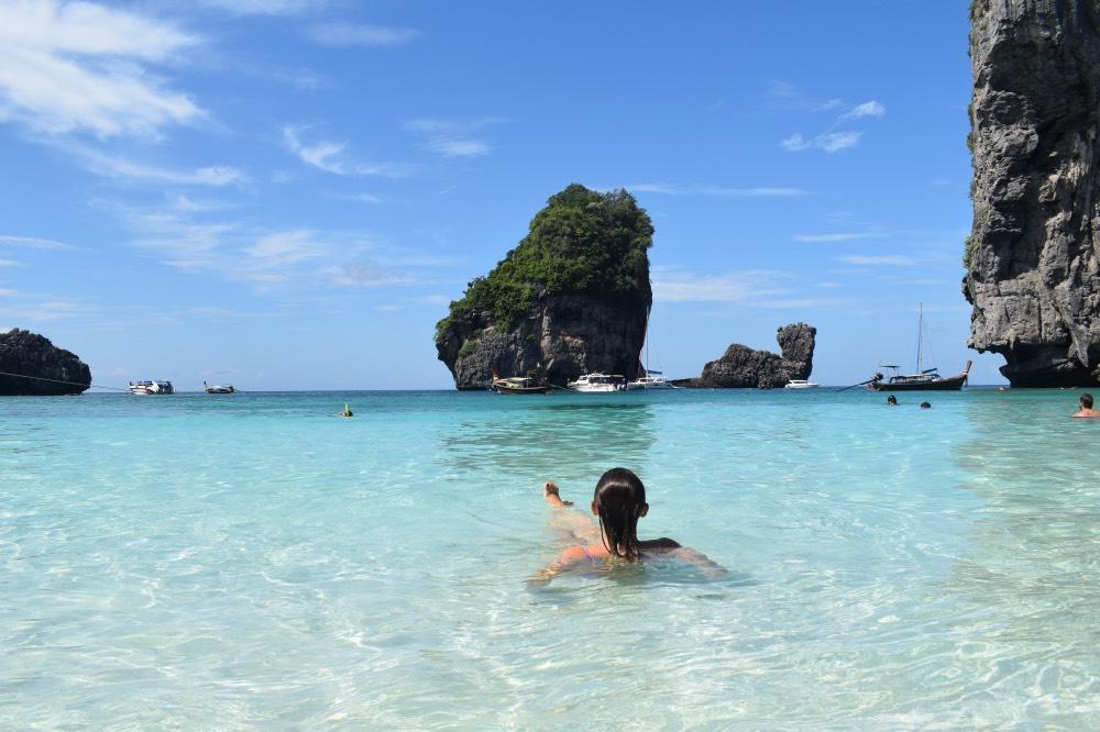 Qué hacer en Koh Phi Phi, una de las islas que visitar en Tailandia: Nui Bay