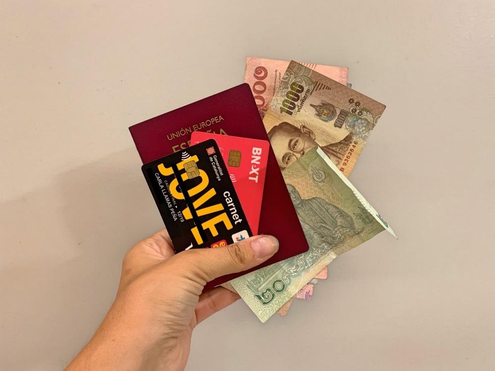 Pasaporte, tarjetas y dinero listo para entrar a un país sin billete de salida