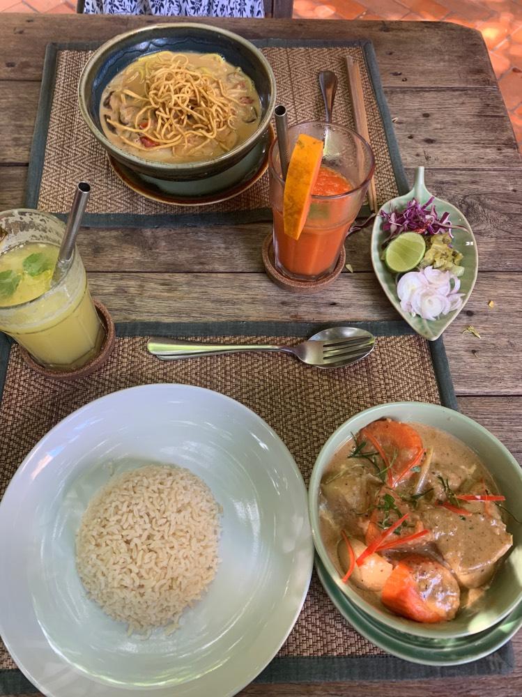 Comida típica tailandesa en un restaurante