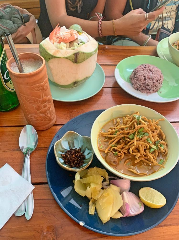 Khao Soi y Curry verde dentro de un coco