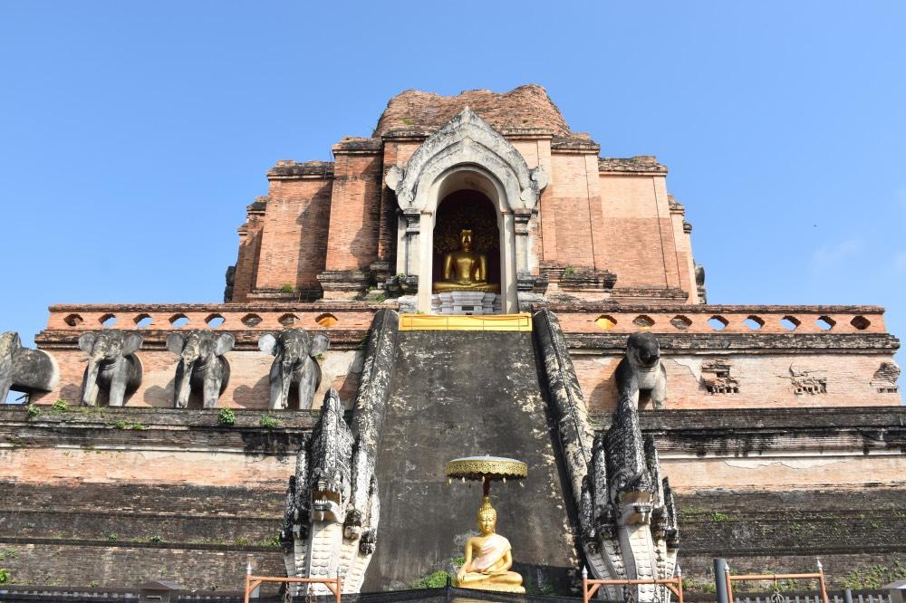 Edificio principal del centro con la estupa central destruida y restos de estatuas de elefantes a ambos lados. También hay algunas figuras de Buda.