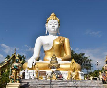 Qué hacer en Chiang Mai en 4 días: Buda gigante sentado en dorado y blanco.
