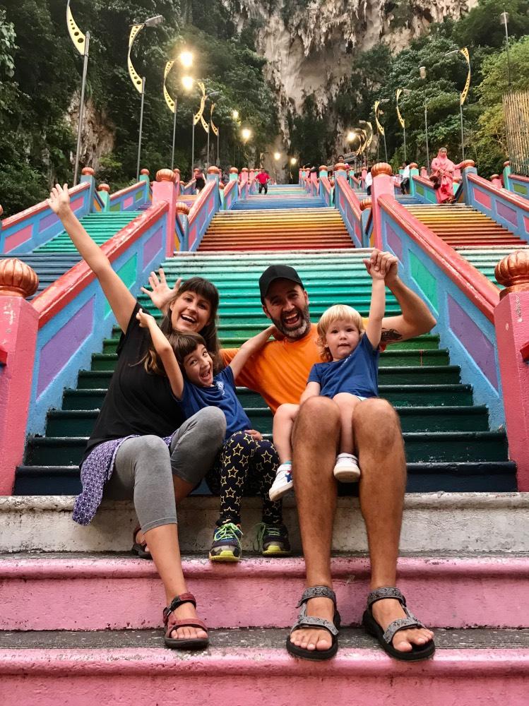 La Mochifamily sentados en unas escaleras de colores.
