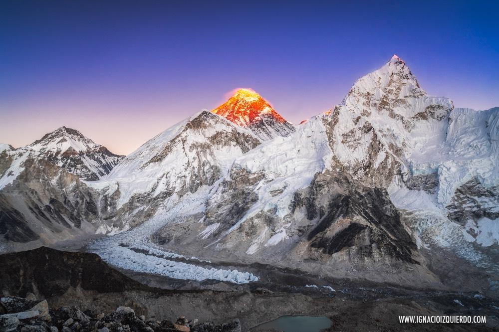 Atardecer desde Kala Patthar, con todas las montañas ya en sombra y el sol aun iluminando el Everest.