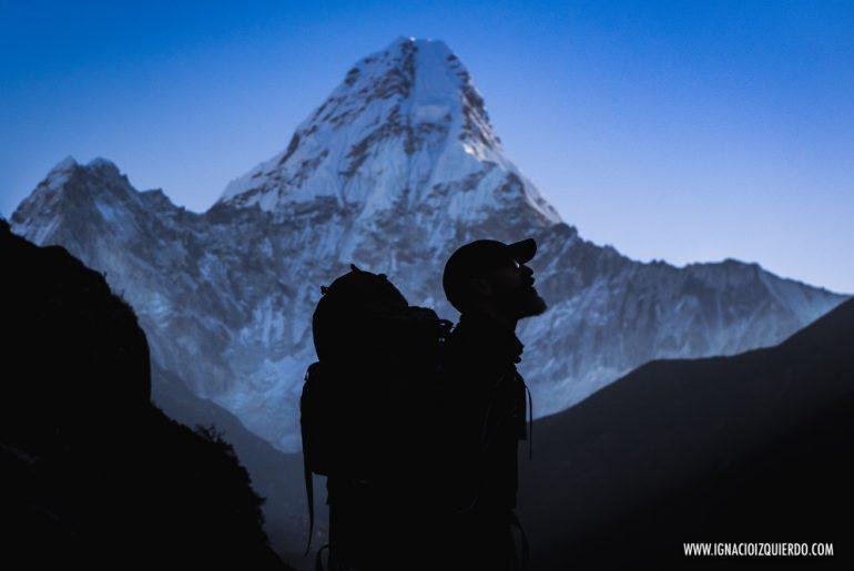 La silueta de Ignacio Izquierdo y el monte Aba Dablam de fondo