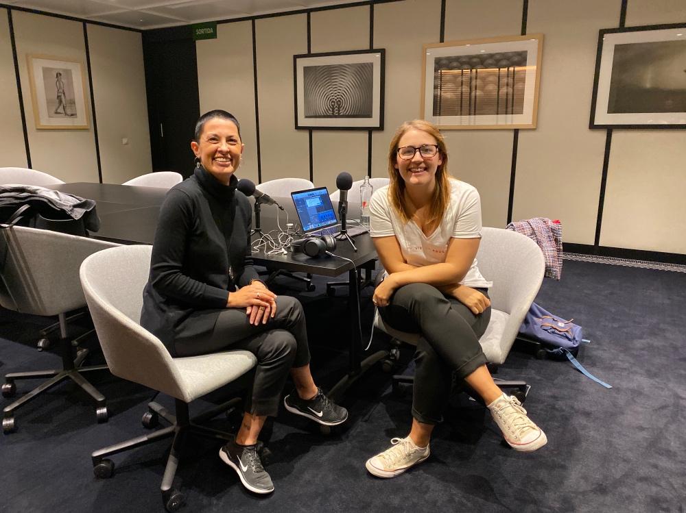 Con Vanessa de Viajeros Callejeros grabando un podcast
