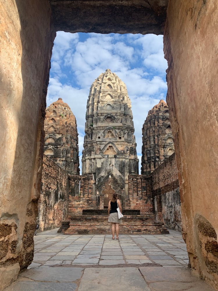 Sukhothai en un día: templo con tres columnas centrales y persona en el centro