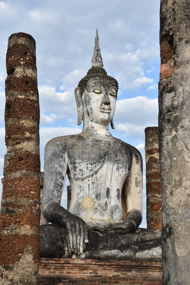 Sukhothai en un día: Buda Sentado rodeado por columnas