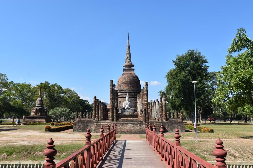 Templo Wat Sa Si con una estupa central rodeado por un lago