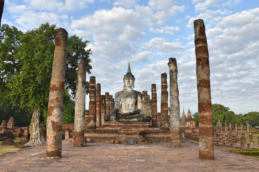 Wat Mahathat, Buda en el centro rodeado de columnas