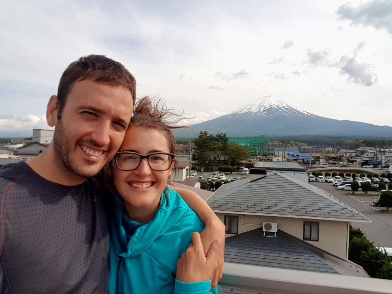 buscar alojamiento en Japón: Carla y Adrián juntos con el monte Fuji de fondo